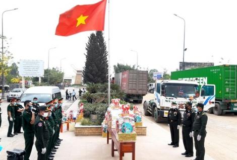 Bộ Tư lệnh QK7 tặng quà cho các đơn vị Quân đội Hoàng gia Campuchia nhân dịp tết Chol Chnăm Thmây
