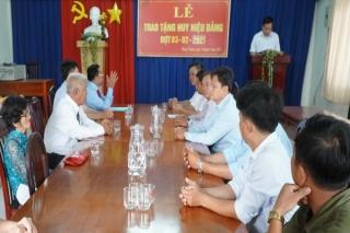 Đảng ủy xã Hưng Thuận: Trao Huy hiệu 30, 50 năm tuổi Đảng cho đảng viên