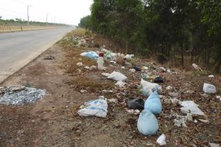 Rác thải vứt tràn lan bên đường ĐT.795