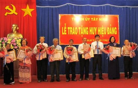 Bí thư Tỉnh uỷ trao Huy hiệu Đảng tại TP.Tây Ninh