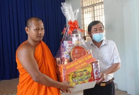 Lãnh đạo tỉnh chúc tết cổ truyền đồng bào Khmer tại xã Tân Đông