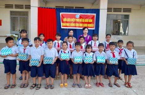 Hội LHPN xã Bàu Đồn: Tặng học bổng cho học sinh khó khăn