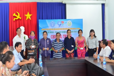 Chi đoàn BHXH tỉnh: Tặng thẻ BHYT cho người dân khó khăn