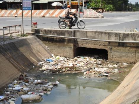 Người dân cần bỏ thói quen vứt rác, tàn cây xuống kênh