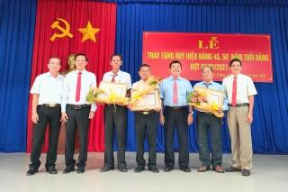 Trảng Bàng trao tặng Huy hiệu 50, 45 tuổi Đảng cho đảng viên phường Lộc Hưng