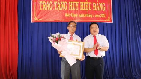 Gò Dầu trao Huy hiệu 55, 40 và 30 tuổi Đảng