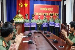 Trao thưởng của Bộ Công an cho 5 đơn vị trong khối An ninh nhân dân Công an tỉnh