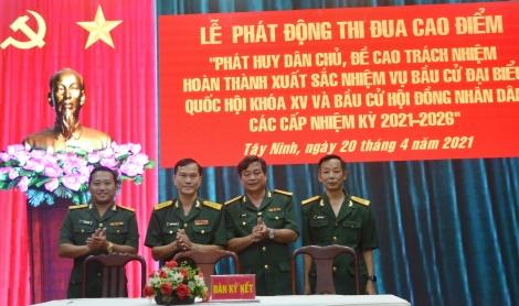 Bộ CHQS tỉnh: Phát động thi đua cao điểm chào mừng bầu cử và trao Huân, Huy chương cho các cá nhân