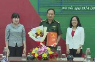 Bà Nguyễn Thị Yến Mai- Trưởng Ban Tổ chức Tỉnh ủy trao quyết định công tác cán bộ tại huyện Bến Cầu