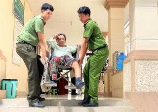 Đưa đón người khuyết tật, người già yếu đến địa điểm làm CCCD gắn chip