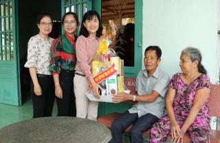 Bà Nguyễn Đài Thy- Giám đốc Sở Nội vụ thăm gia đình chính sách trên địa bàn huyện Gò Dầu