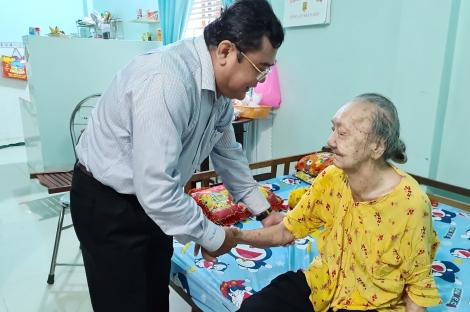 Bí thư Thị ủy Trảng Bàng Trương Nhật Quang: Thăm tặng quà các gia đình chính sách