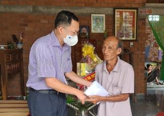 Ông Huỳnh Thanh Phương- Phó Trưởng đoàn phụ trách Đoàn đại biểu Quốc hội đơn vị tỉnh Tây Ninh đến thăm, tặng quà các gia đình chính sách tại Trảng Bàng