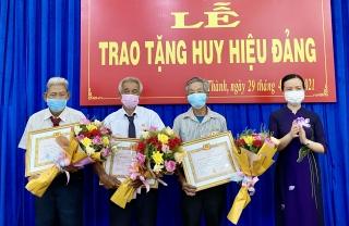 Châu Thành: Trao huy hiệu đảng 60, 50, 45, 40 và 30 tuổi Đảng cho 24 đảng viên