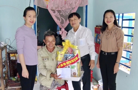 Thăm và tặng quà cho các gia đình chính sách tại huyện Châu Thành