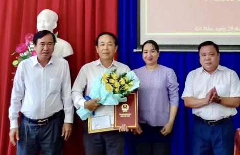 Gò Dầu: Trao quyết định nghỉ hưu cho Chủ tịch HĐND huyện