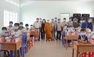 Hội bảo trợ người nghèo Tây Ninh trao tặng quà cho người nghèo và học sinh dân tộc có hoàn cảnh khó khăn tại huyện Tân Châu
