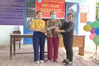 Hội LHPN thị trấn Dương Minh Châu trao học bổng và vốn xoay vòng cho phụ nữ nghèo