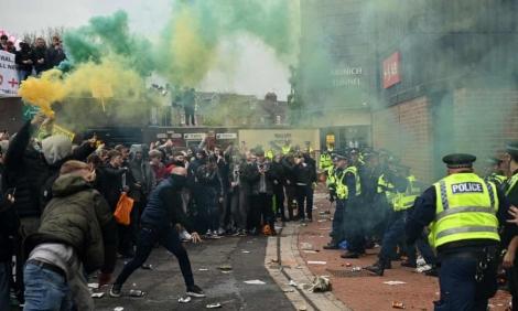 Toàn cảnh: Cuộc biểu tình dữ dội khiến trận MU - Liverpool bị hoãn