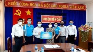 Công ty cổ phần Xi măng Fico Tây Ninh: Tài trợ cho huyện Bến Cầu 1.800 bao xi măng