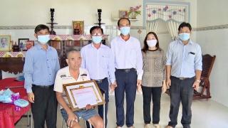 Châu Thành: Trao Huy hiệu 50 và 40 năm tuổi Đảng