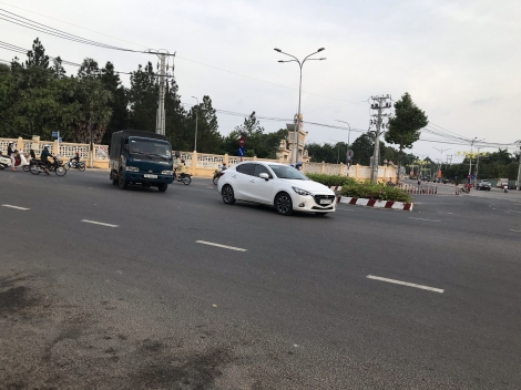 Cấm rẽ trái, nhiều xe vẫn vô tư vi phạm