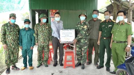 Thăm các tổ chốt chặn phòng chống dịch Covid-19 trên địa bàn huyện