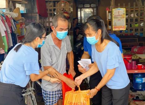 Phường IV, thành phố Tây Ninh kết hợp phát thẻ cử tri với tuyên truyền phòng Covid-19, tặng quà cho hộ nghèo