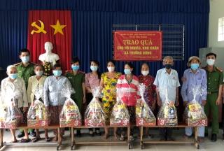 Đoàn cơ sở - Hội Phụ nữ Công an thị xã Hoà Thành: Tặng quà cho hộ khó khăn tại xã Trường Đông