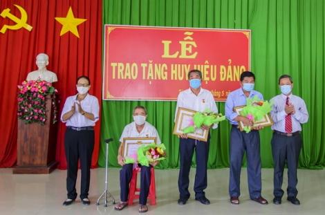 Trao Huy hiệu Đảng cho các đảng viên xã Tân Phú, huyện Tân Châu