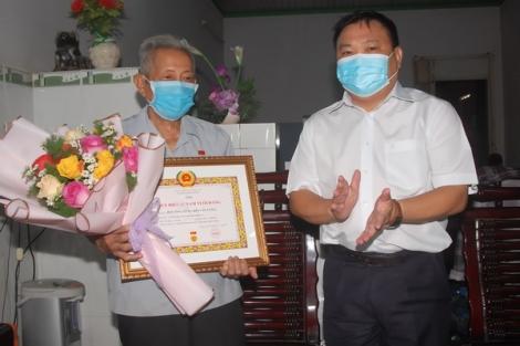 Bí thư Huyện ủy Gò Dầu trao Huy hiệu 65 năm tuổi Đảng cho đảng viên tại xã Hiệp Thạnh