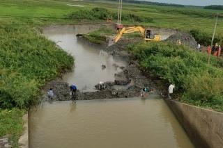 Đóng cống xả đáy đập Tha La, gia cố trụ điện có nguy cơ ngã đổ do đất lở