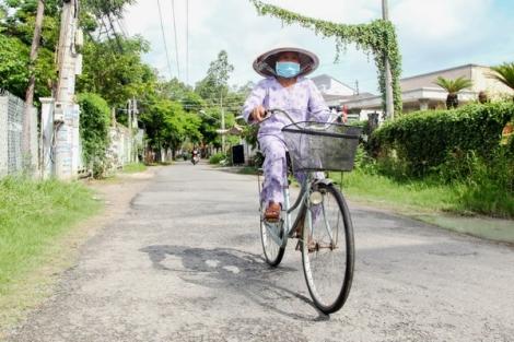 Cụ bà 73 tuổi đội nắng, thông thả đạp xe đi bầu cử