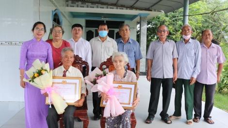 Gò Dầu trao Huy hiệu 50 và 40 tuổi Đảng