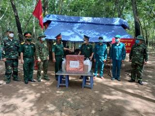 Bộ Chỉ huy quân sự tỉnh thăm, tặng quà các chốt phòng chống dịch Covid- 19 trên tuyến biên giới