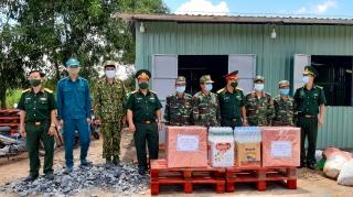 Bộ Chỉ huy Quân sự tỉnh: Thăm và tặng quà cho các chốt phòng, chống dịch Covid-19 trên địa bàn huyện Bến Cầu