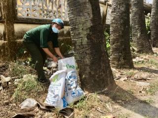 Gương cựu chiến binh thu gom rác làm sạch đường phố