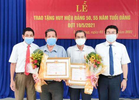 Trảng Bàng: Trao Huy hiệu 55, 50 năm tuổi Đảng cho đảng viên phường Lộc Hưng và xã Hưng Thuận