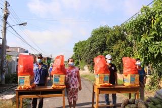 Tặng quà cho các hộ dân tại khu vực phong toả ở ấp Bến Kéo, xã Long Thành Nam