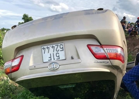 Xe ô tô lật nhào xuống vệ đường một người tử vong