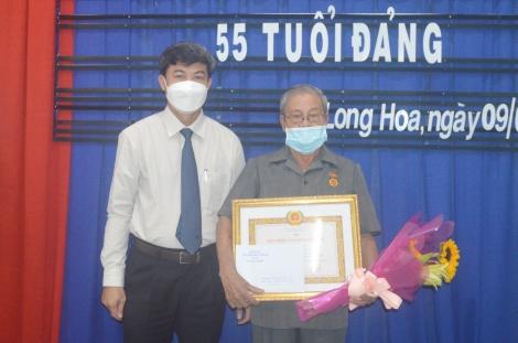 Hòa Thành: Trao Huy hiệu 55 năm tuổi Đảng cho đảng viên