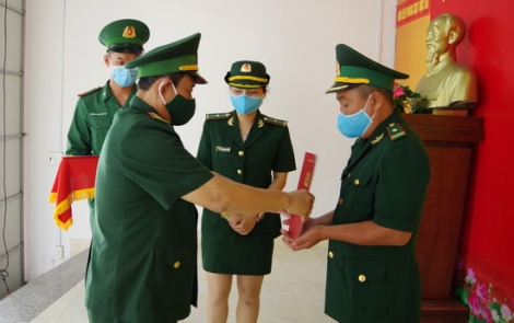 Trao Quyết định thăng quân hàm cho sĩ quan biên phòng đang tăng cường chống dịch Covid- 19 trên biên giới tỉnh Tây Ninh