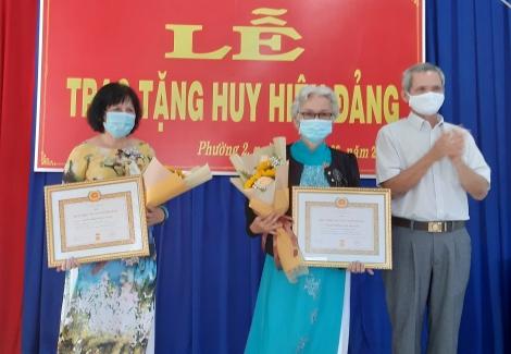 Đảng ủy phường 2: Trao tặng Huy hiệu 40 năm, 30 năm tuổi đảng cho đảng viên