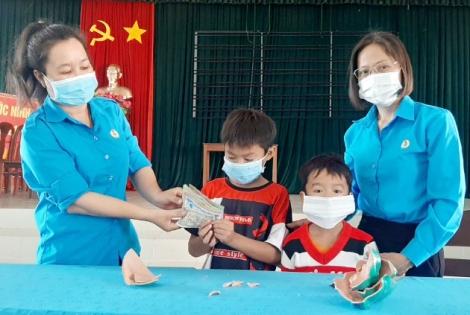 Đập heo đất ủng hộ Quỹ Vaccine phòng, chống dịch Covid-19