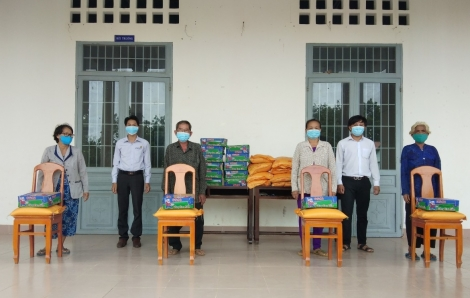 MTTQ Việt Nam xã Thạnh Tây và Thị trấn Tân Biên tặng quà cho người dân có hoàn cảnh khó khăn
