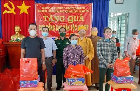 Thăm, tặng quà cho đồng bào dân tộc Khmer xã Thạnh Tân
