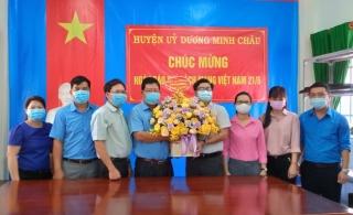 Lãnh đạo Huyện ủy Dương Minh Châu thăm, chúc mừng Trung tâm Văn hóa, Thể thao và Truyền thanh huyện nhân Ngày Báo chí cách mạng Việt Nam