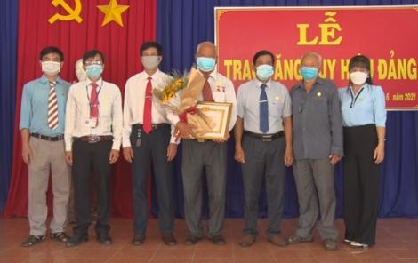 Tân Biên: Trao Huy hiệu 40 năm tuổi Đảng cho đảng viên xã Thạnh Bình
