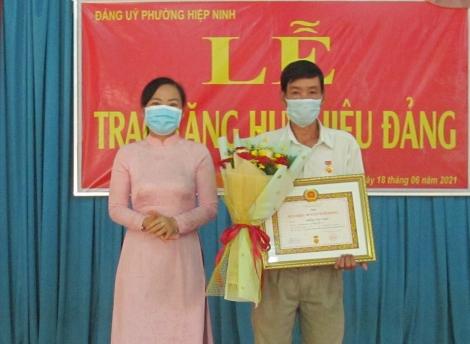 Thành ủy trao Huy hiệu Đảng cho đảng viên ở phường IV và phường Hiệp Ninh