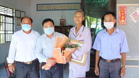 Gò Dầu trao Huy hiệu 55,50,45,40 và 30 tuổi Đảng.